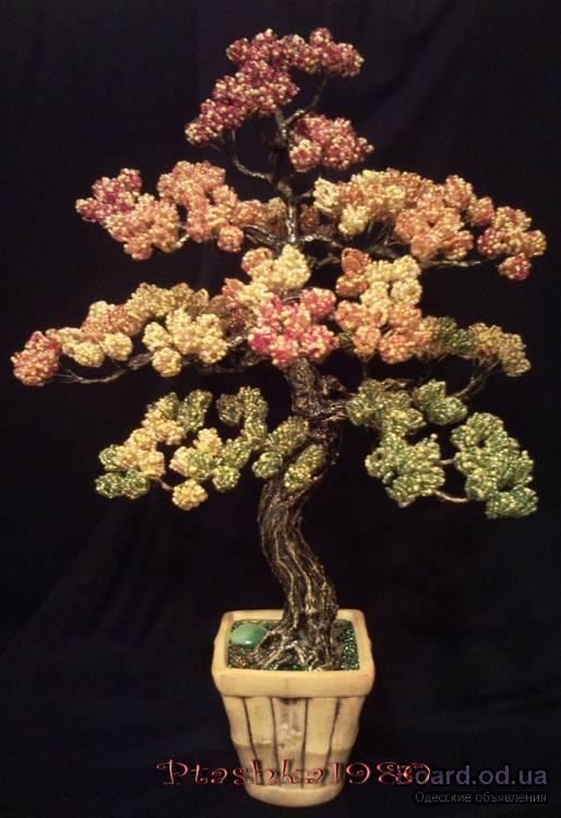 Декоративные деревья и цветы из камней и бисера.
