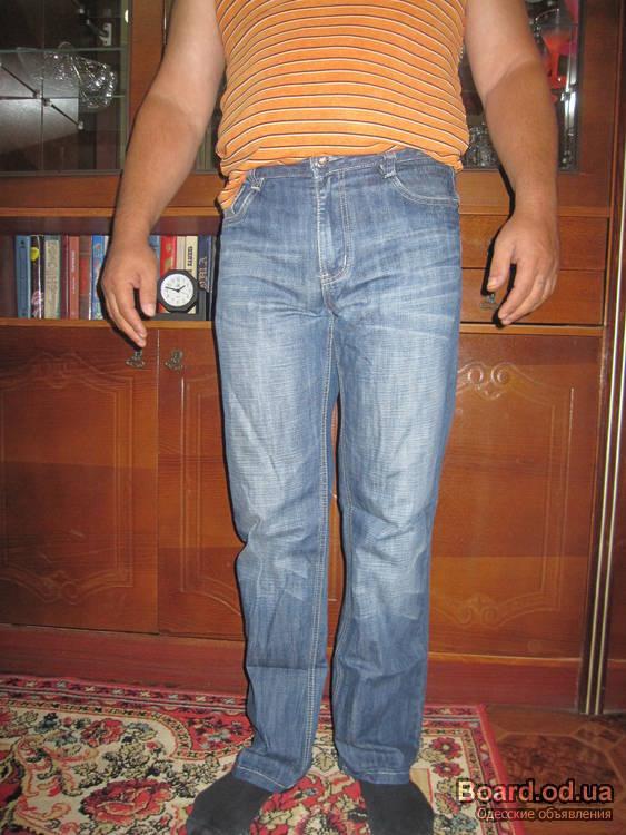 Мужской зимний свитер и джинсы.