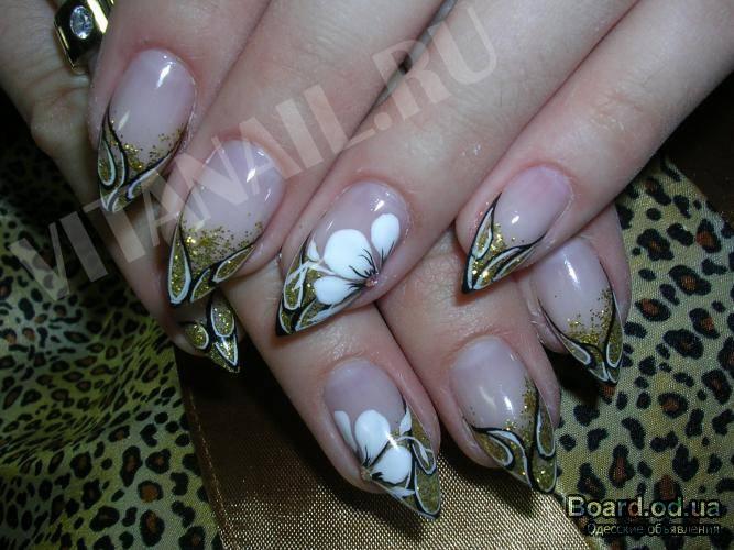 Фото с золотым дизайном ногтей