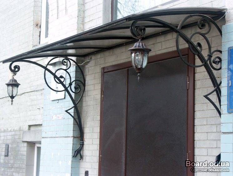 над входной дверью в дом